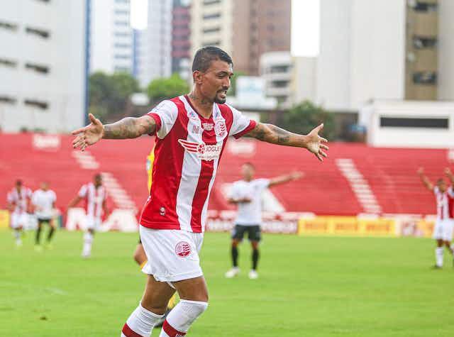 Kieza brilha com QUATRO gols em goleada do Náutico