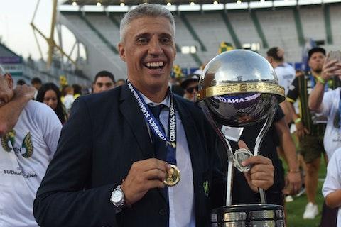 Imagem do artigo: https://image-service.onefootball.com/resize?fit=max&h=721&image=https%3A%2F%2Fwp-images.onefootball.com%2Fwp-content%2Fuploads%2Fsites%2F13%2F2021%2F02%2FLanus-v-Defensa-y-Justicia-Copa-CONMEBOL-Sudamericana-2020-Final-1612629115.jpg&q=25&w=1080