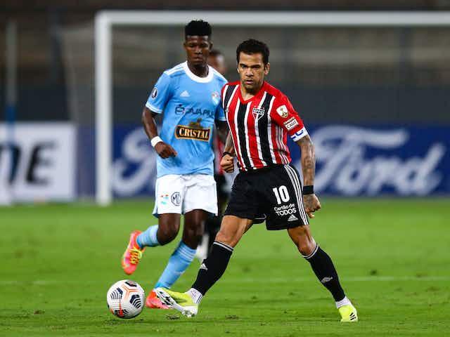 """""""A equipe precisa dele na lateral, e ele está fazendo muito bem"""", diz Crespo sobre Daniel Alves"""
