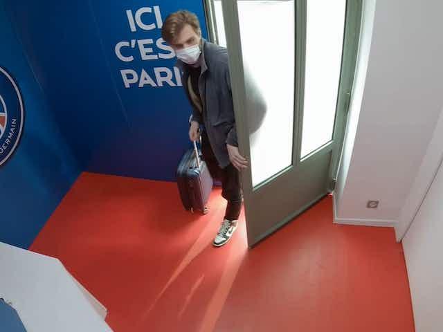 Patrocinador máster do PSG recria estádio dentro da casa de torcedor