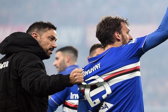 Immagine dell'articolo: https://image-service.onefootball.com/crop/face?h=810&image=https%3A%2F%2Fwww.sampnews24.com%2Fwp-content%2Fuploads%2F2019%2F12%2Fgabbiadini-quagliarella-esultanza-pugno-derby-genoa-sampdoria.jpg&q=25&w=1080