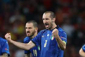 Imagem do artigo: https://image-service.onefootball.com/crop/face?h=810&image=https%3A%2F%2Fwww.semferrsport.com%2Fwp-content%2Fuploads%2F2021%2F07%2FChiellini-confirma-renovacao-de-contrato-com-a-Juventus.jpg&q=25&w=1080